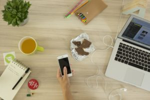 Ordinateur, café, chocolat pour la création site internet (Auray)