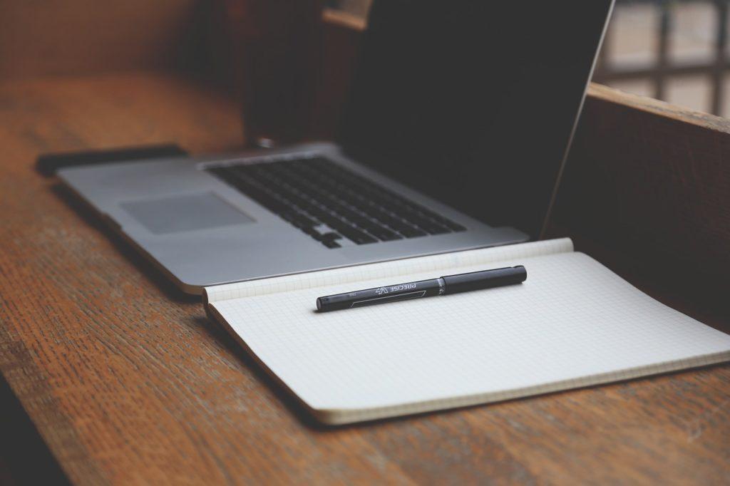 ordinateur, papier et crayon pour la rédaction web