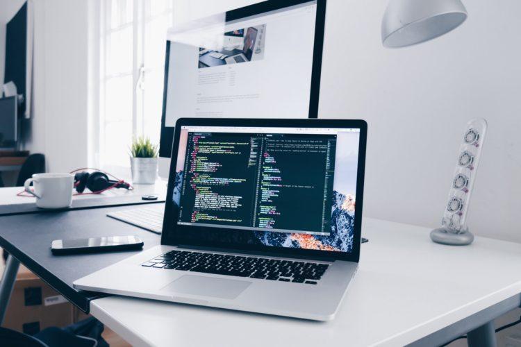 Ordinateur et code HTML - Création site internet Auray Lorient Morbihan