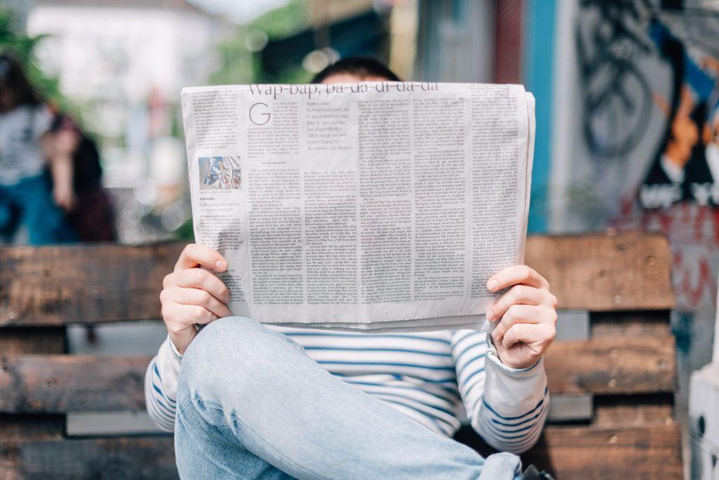 Homme lisant journal - Rédaction, relecture, correction par Erialla Communication
